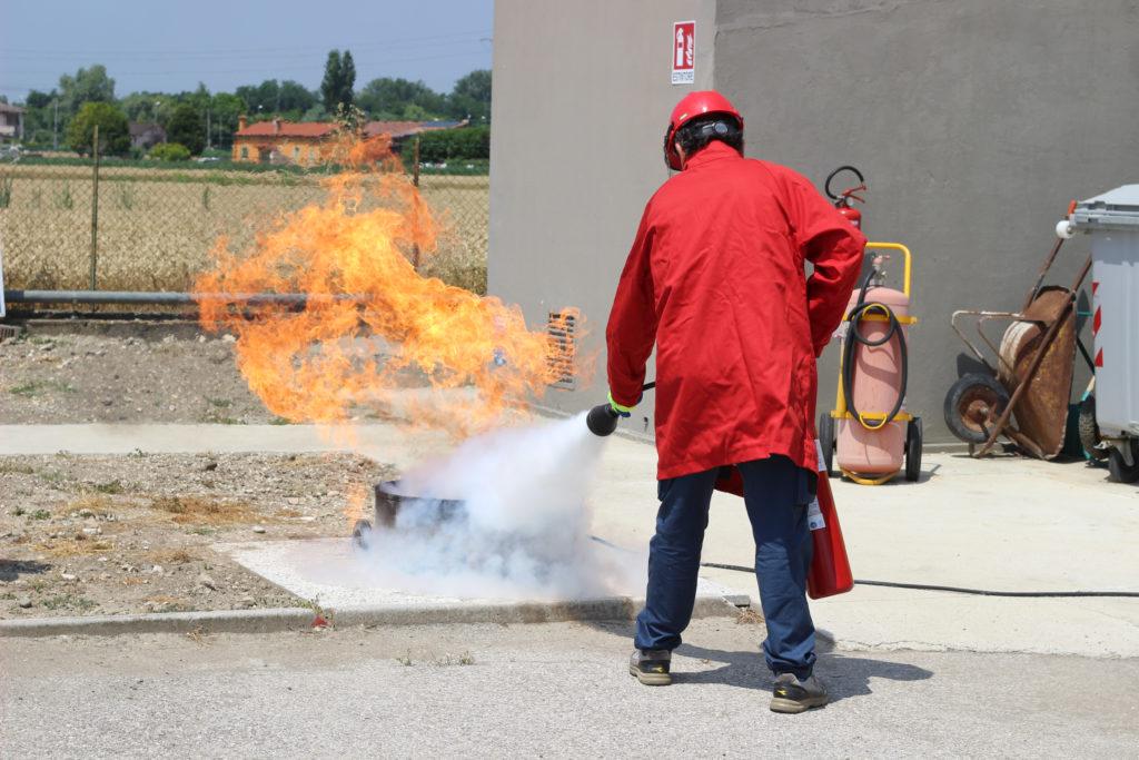 Campo prove simulazione spegnimento incendio con vasca a GPL e estintore a Co2 da 5kg